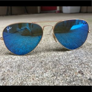Blue mirrored ray ban aviators